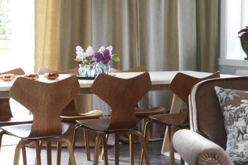 matsal trägolv brunt retro teakstolar
